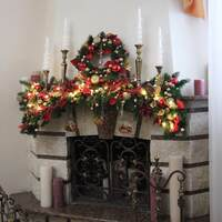 Новогоднее украшение камина с венком и свечами
