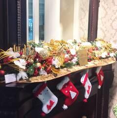 Рождественское оформление камина с золотыми листьями