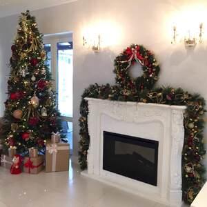 Рождественское украшение камина с венком