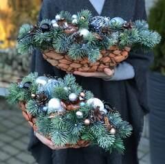 Рождественские композиции на стол в плетеных кашпо