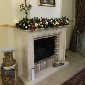 Рождественское оформление камина в бело-золотых тонах