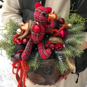 Рождественская композиция с плюшевым медведем