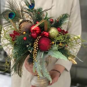 Новогодняя композиция в вазе с перьями павлина