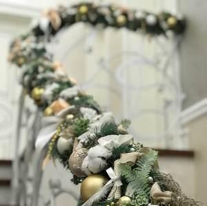 Оформление лестничных перил в бело-зеленых тонах/ Winter
