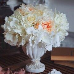 Искусственная композиция в белой вазе