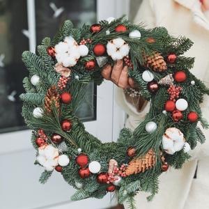 Рождественский венок в красно-белой цветовой гамме