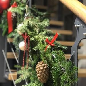 Новогодние украшения перил из живой пихты
