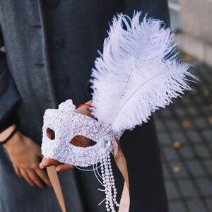 Белая карнавальная маска с кружевом
