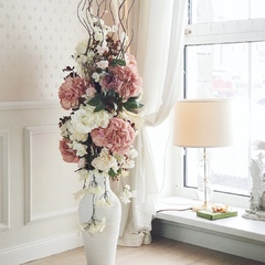 Напольная композиция из искусственных цветов