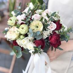 Букет невесты с красными элементами