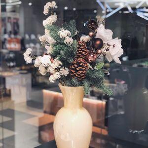 Новогодняя композиция в высокой вазе