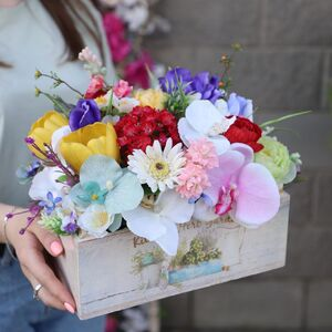 Яркая композиция из искусственных цветов