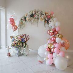 Фотозона из искусственных цветов и шаров