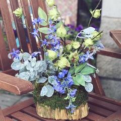 Композиция из искусственных цветов голубого цвета