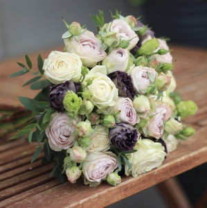 Букет невесты из кустовой розы и лизиантуса/Mysterious