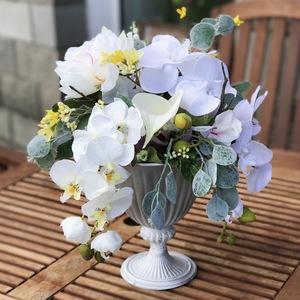 Искусственная композиция в вазе на ножке с орхидеей