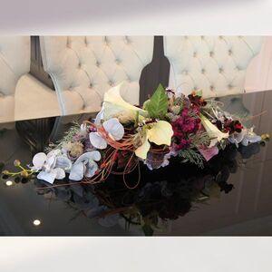 Композиция из искусственных цветов с орхидеей