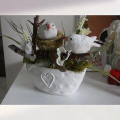 Композиция из искусственных цветов с птичками