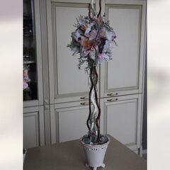 Деревцо из искусственных материалов в розовых тонах