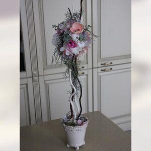 Деревцо из искусственных материалов среднего размера в розовых тонах