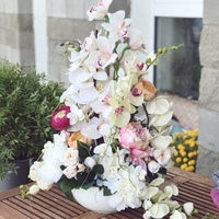 Композиция из искусственных цветов и орхидеи