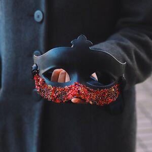 Красно-черная карнавальная маска