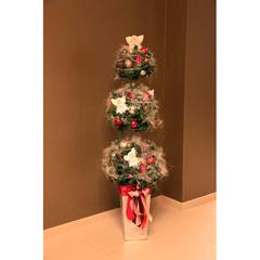 Новогодее напольное дерево с заснеженной хвоей