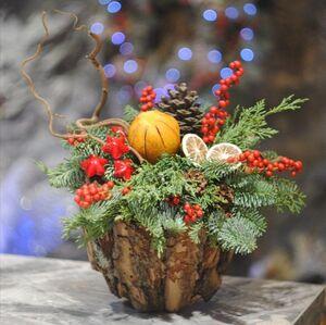 Новогодняя композиция в деревянном кашпо