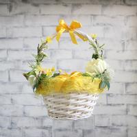 Бело-желтая пасхальная корзинка