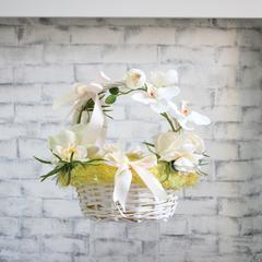 Пасхальная корзина с белыми цветами