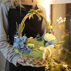 Пасхальная корзина с голубым декором