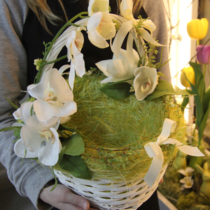 Пасхальная корзина с орхидеей