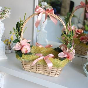 Пасхальная корзинка с персиковыми орхидеями