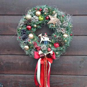 Рождественский венок с ягодами и лошадкой