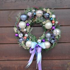 Новогодний венок с фиолетовыми элементами