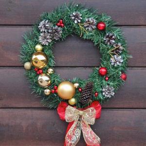 Рождественский венок с шишками и шарами