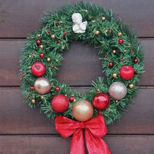 Рождественский венок в красной гамме