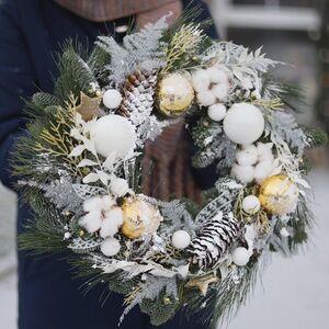 Рождественский венок в бело-золотой гамме
