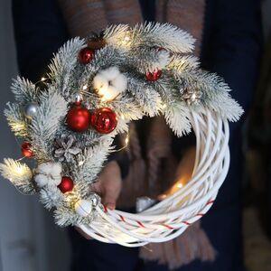 Рождественский венок в красно-белой гамме/ Snowy winter