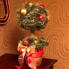 Новогоднее дерево из зеленой хвои