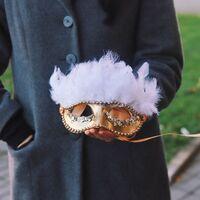 """Золотая карнавальная маска с перьями """"Коломбина"""""""